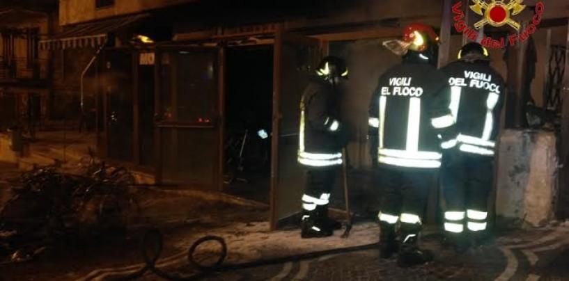 FOTO/ Sirignano – A fuoco negozio di motocicli: danni per 100mila euro