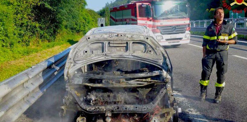FOTO/ Auto in fiamme, paura sull'Autostrada A16