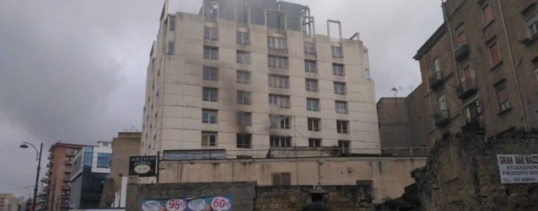 Incendio all'Università Orientale, panico tra gli studenti e lezioni sospese