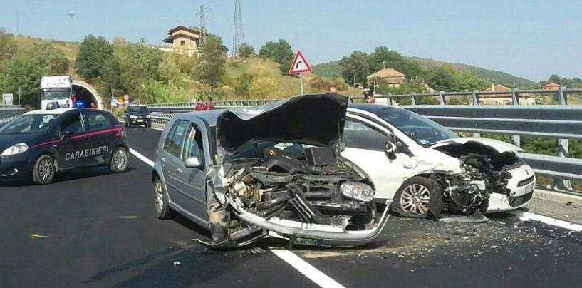 FOTO/ Spaventoso incidente frontale sull'Ofantina, 3 feriti in ospedale.