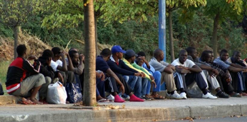 Senza ticket money: i migranti bloccano l'ingresso del centro di accoglienza di Serino