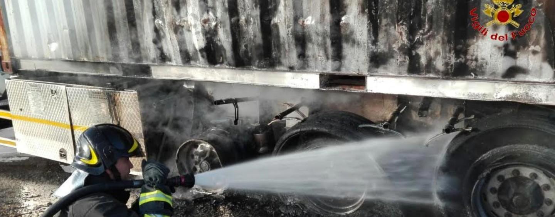 Montella, tir in fiamme: intervento dei vigili del fuoco