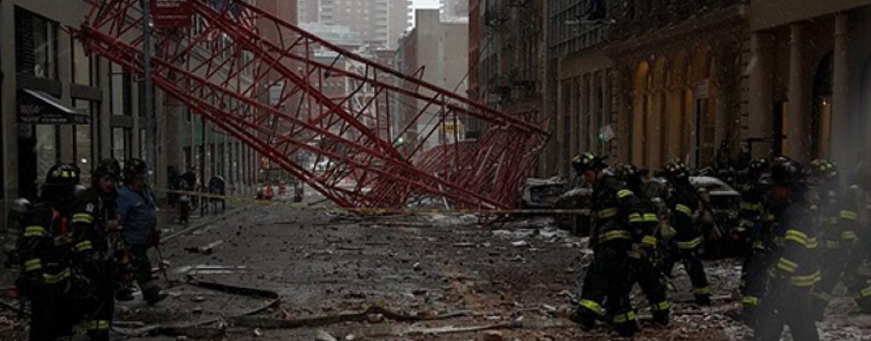 Crolla una gru a New York: un morto e 15 feriti