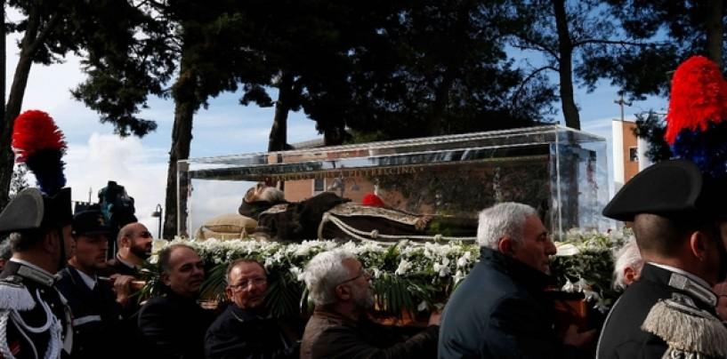 San Pio trasportato a spalla dai fedeli, aperta la Porta Santa a Pietrelcina