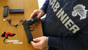 Il taser, la pistola e la droga posta sotto sequestro