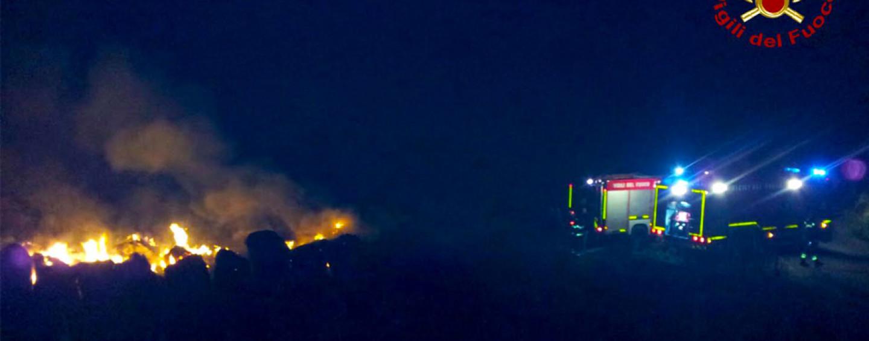 Lacedonia, in fiamme deposito di rotoballe: intervengono i caschi rossi