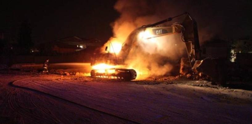 Candida – Escavatore in fiamme, intervengono i vigli del fuoco