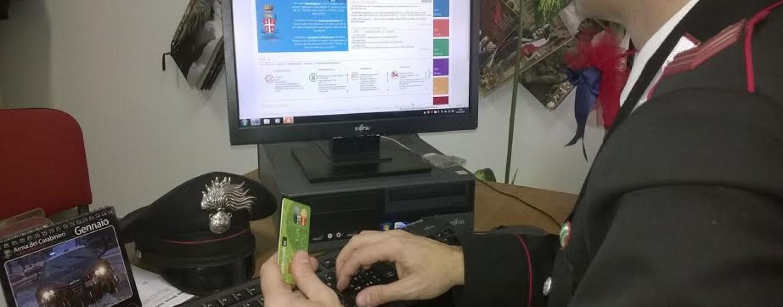Clona una carta di credito ed effettua acquisti online: denunciato 67enne
