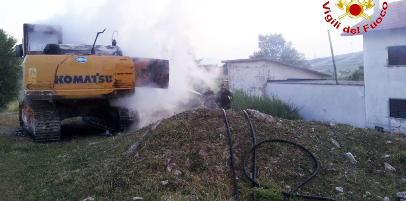 Bisaccia, escavatore in fiamme all'alba: indagano i Carabinieri