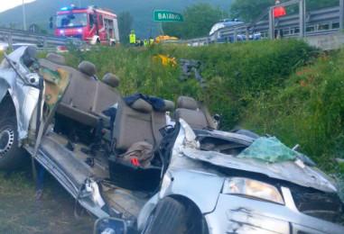 VIDEO e FOTO/ Tragedia sull'A16, incidente al casello di Baiano: 4 morti
