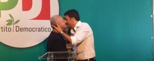 Il bacio tra Renzi e De Luca a Salerno