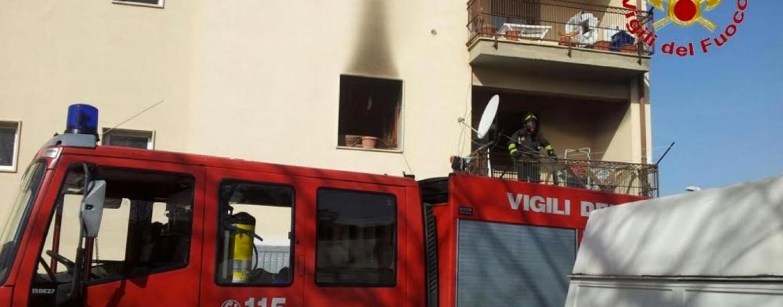 In fiamme una abitazione a Calore, ustionato un uomo