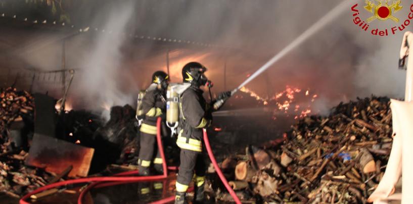 FOTO/ Venticano, in fiamme mobilificio