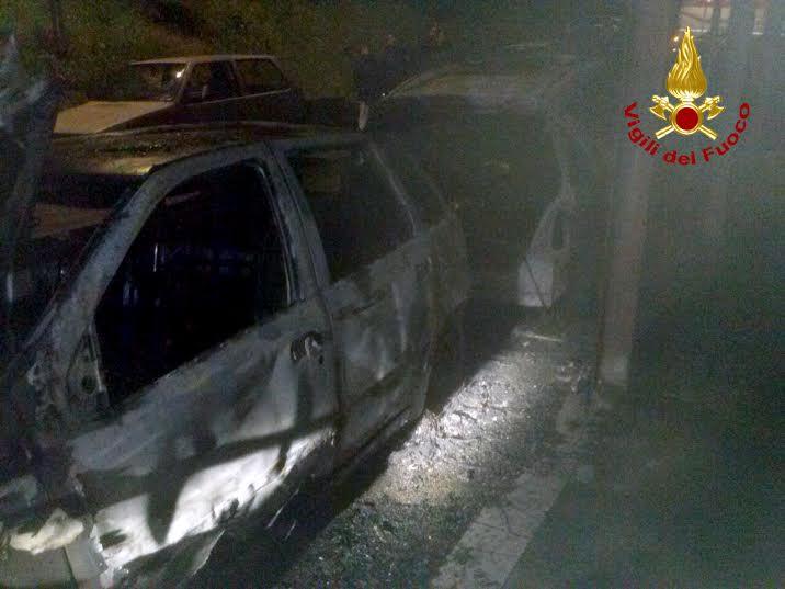 vigili del fuoco auto in fiamme