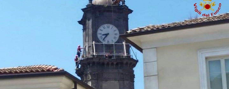 FOTO/ Avellino, intervento dei Vigili del Fuoco sulla Torre dell'orologio