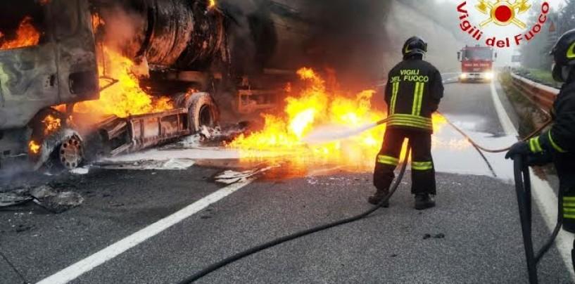 Tir in fiamme sull'autostrada A16, disagi al traffico verso Avellino