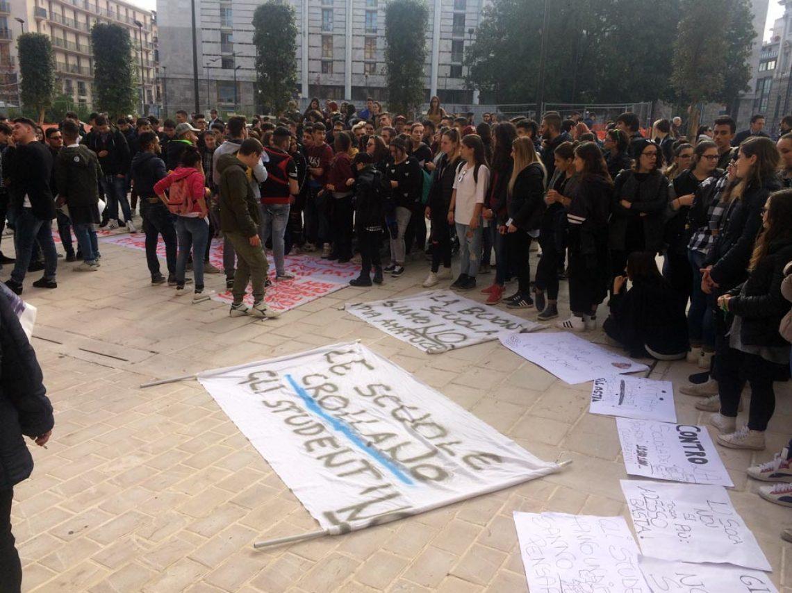 """Scuole, la protesta dello Scoca Amatucci. Giaquinto conferma: """"Sicurezza garantita"""""""