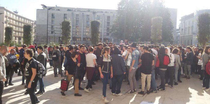 FOTO/ Studenti, genitori e prof di Amabile e Mancini protestano in Provincia