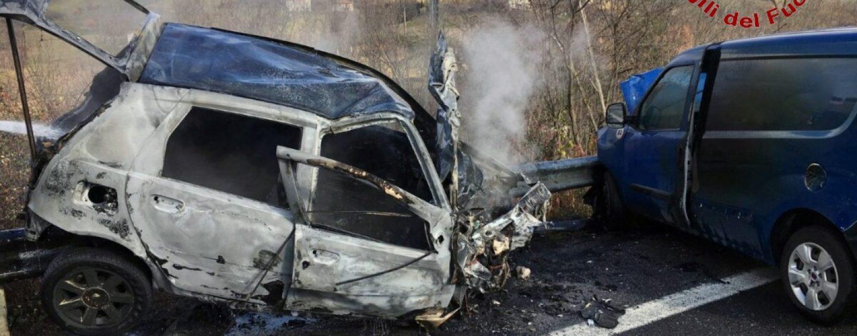 Grave incidente sull'Ofantina, in fiamme auto a metano