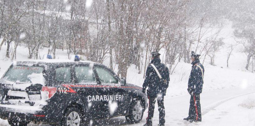 Litiga col marito e scappa, Carabinieri ritrovano e salvano donna nei boschi innevati