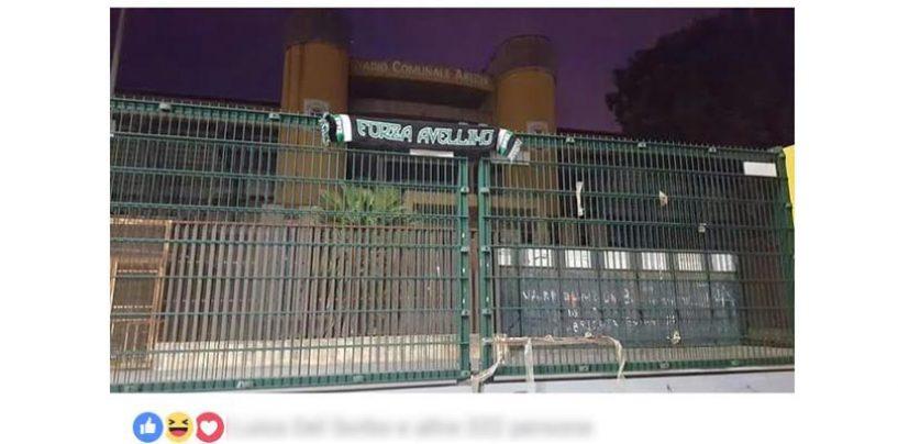 """Sciarpa dell'Avellino sulla recinzione dell'Arechi: """"A Carnevale…"""""""