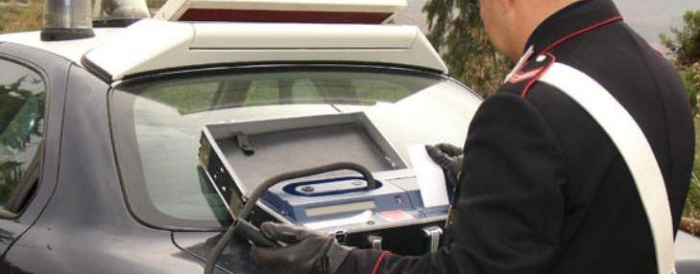 Alla guida sotto effetto di alcool e droga centra in pieno un'auto parcheggiata