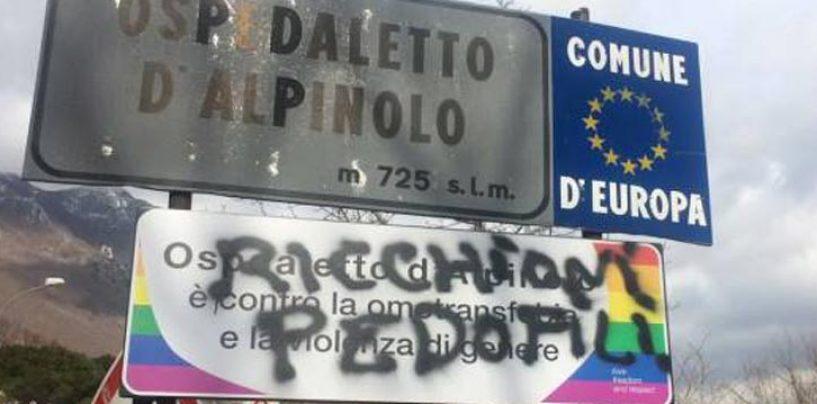 Migranti e gay, Avellino sempre più bigotta: imbrattata la targa contro l'omofobia