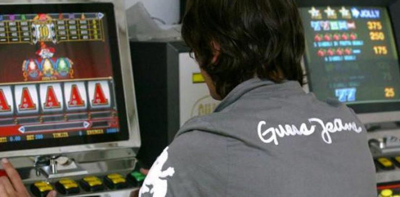 Perde migliaia di euro alle vlt, si vendica svaligiando una slot machine