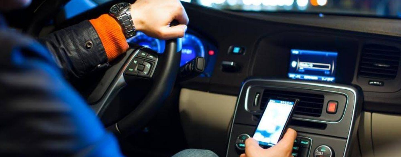 Patente sospesa da uno a tre mesi per chi guida usando il telefonino
