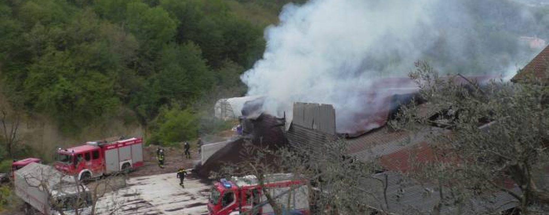Ariano Irpino, a fuoco un capannone di combustibili