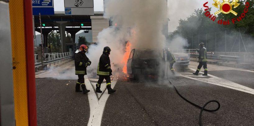 A fuoco autovettura al casello autostradale di Avellino Ovest