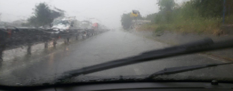 Nubifragio ad Avellino e provincia, pochi minuti di pioggia bloccano le strade