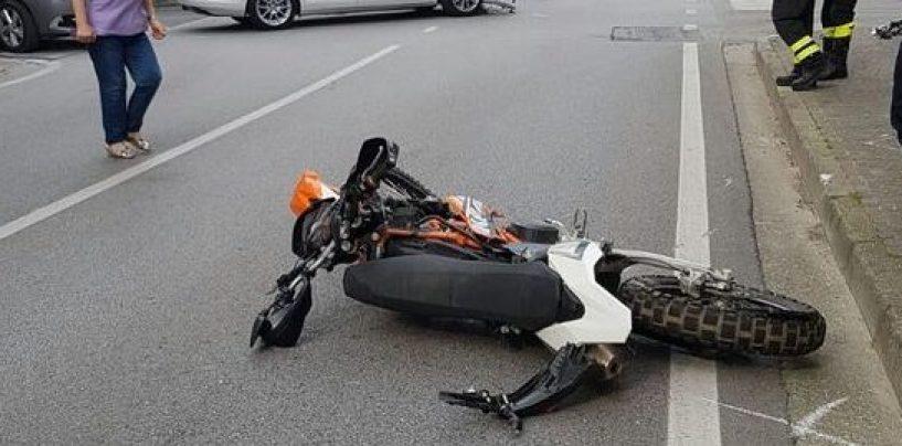 """Violento scontro tra auto e moto, centauro 50enne in """"codice rosso"""""""