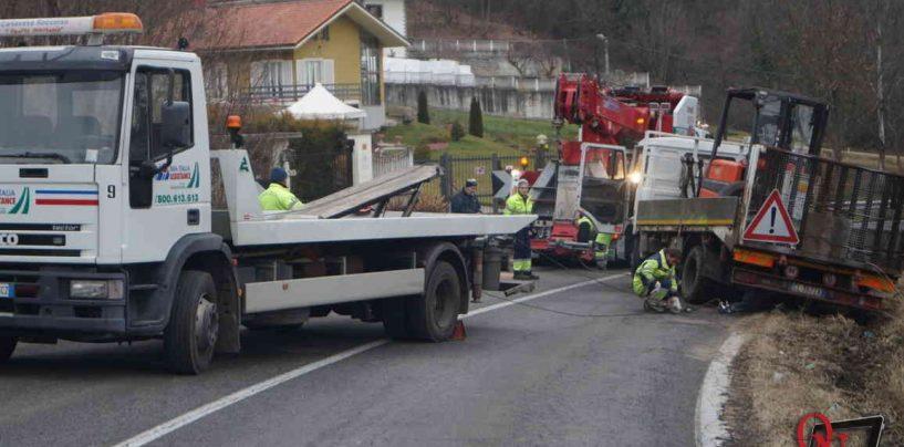 Cede la strada tra Montecalvo e Ariano: autocarro resta bloccato