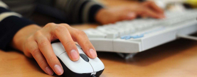 Troppe ore su Facebook al lavoro, la Cassazione conferma il licenziamento di una donna