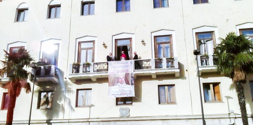 """FOTO/ Avellino abbraccia il Vescovo Arturo Aiello: """"Le mie finestre illuminate veglieranno su di voi"""""""
