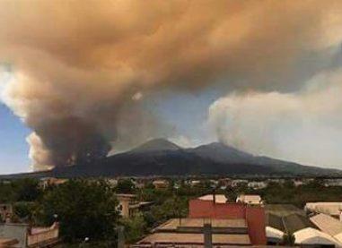 L'incendio sul Vesuvio sembra un'eruzione, pioggia di fumo e cenere su Avellino