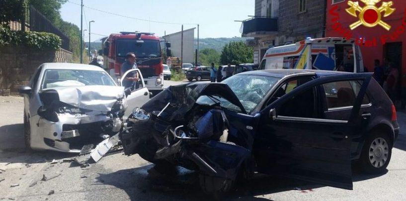 Violento frontale tra due auto, feriti trasportati al Moscati