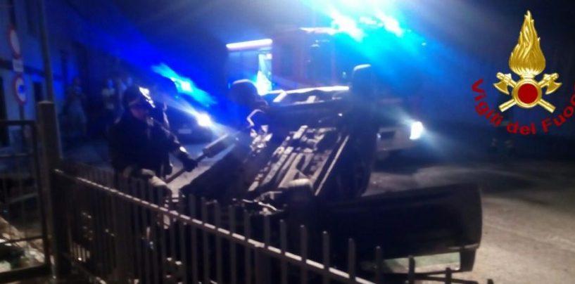 Si ribalta con l'auto finendo contro una recinzione, ragazza in ospedale