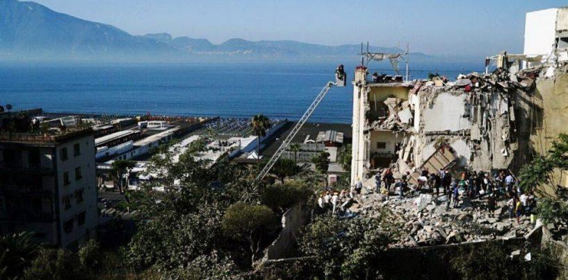 Crolla palazzina a Torre Annunziata, si scava a mani nude: è partita l'unità cinofila dei Vvf di Avellino