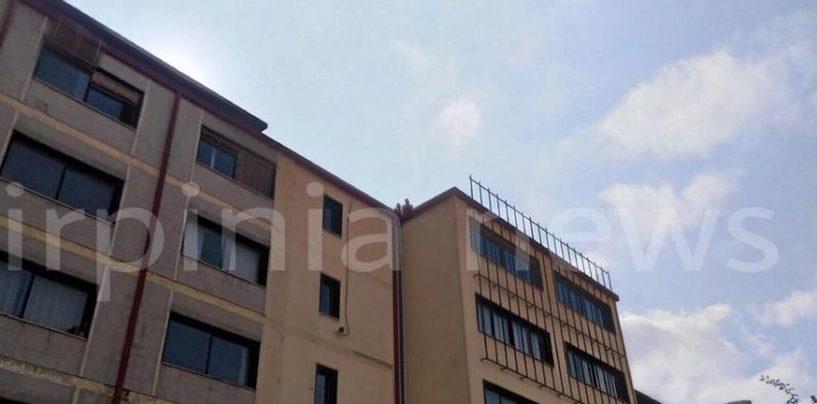 Parcheggiatori in protesta sul tetto, tensione a Palazzo di Città