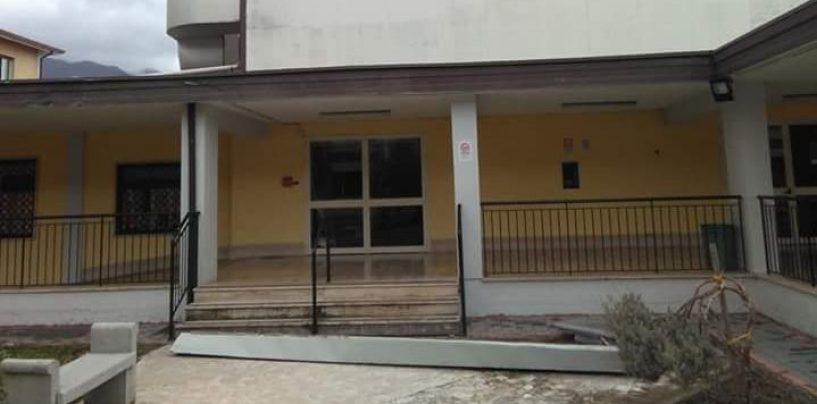 Lamiera si stacca dal tetto della scuola, pericolo per gli studenti