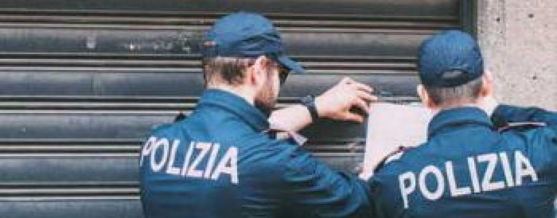 Furto in un supermercato, sfondano la vetrina e rubano l'incasso: indagini in corso