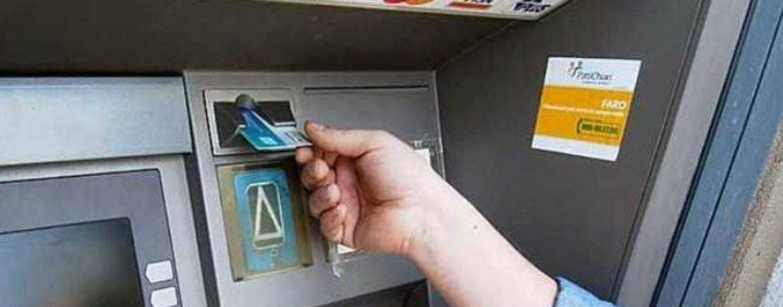 Preleva 600 euro al bancomat ma non li ritira: 55enne se ne accorge e li ruba