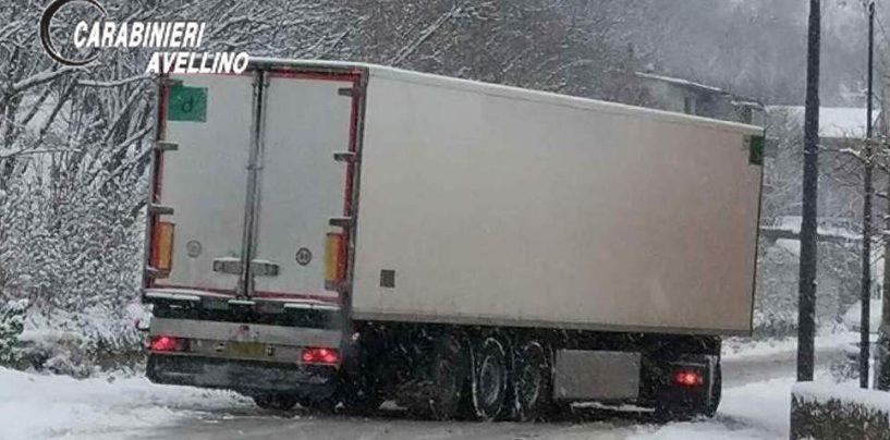 Camionista sorpreso dalla bufera, perde i sensi mentre monta le catene