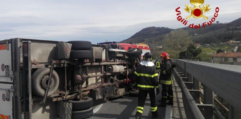 Si ribalta furgone sulla Variante: traffico paralizzato