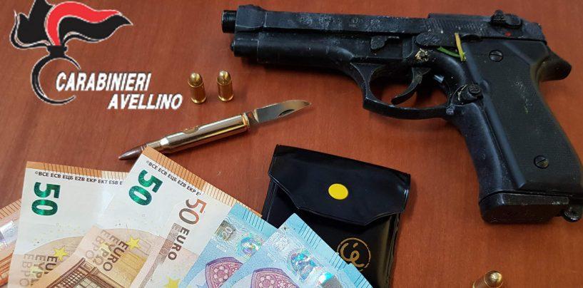 Sperona la Gazzella dei Carabinieri per sfuggire al posto di blocco: nascondeva contanti e una pistola