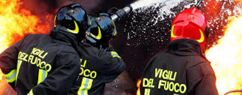Paura a Picarelli, camion in fiamme: in azione i vigili del fuoco