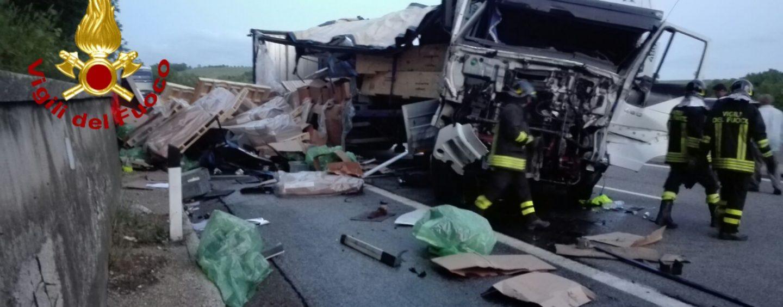 Autocarro si schianta e perde il carico sull'A16: ferito l'autista