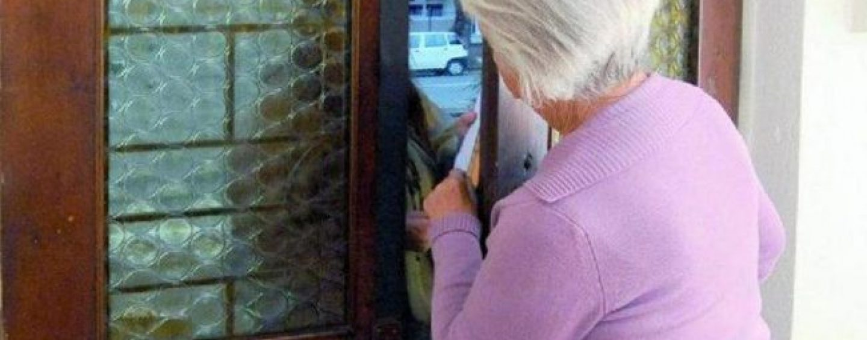 2000 euro per un pacco ordinato dal nipote, ma la nonna incastra i due truffatori